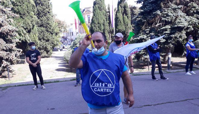 """Sindicaliștii au protestat sub geamul prefectului împotriva """"abuzurilor"""" de la CSCT - sindicalittiiauprotestatsubgeamu-1602094494.jpg"""