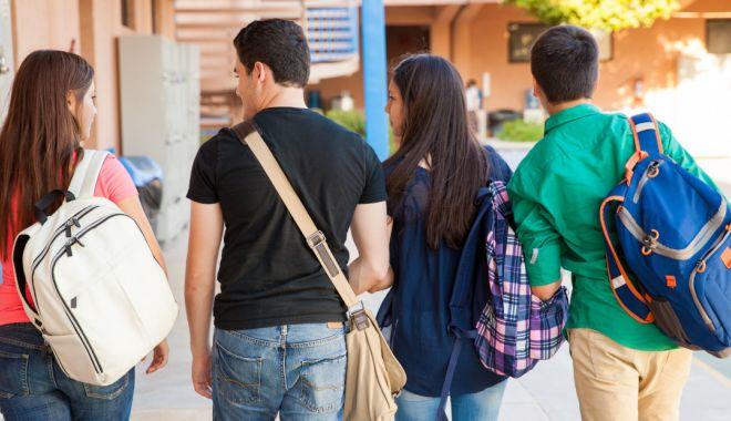 O universitate din România oferă o lună de cazare gratuită pentru studenții vaccinați - studenti-1631601735.jpg