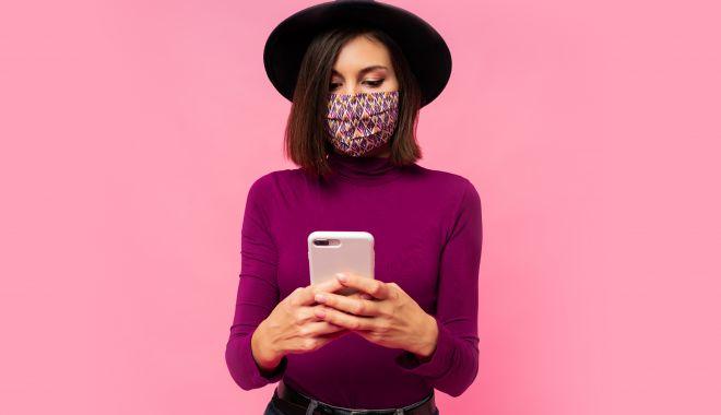 Studiu. 76% dintre români folosesc reţelele sociale cel mai mult pentru a urmări postările prietenilor - stylishwomanprotectivemaskblackh-1610385406.jpg