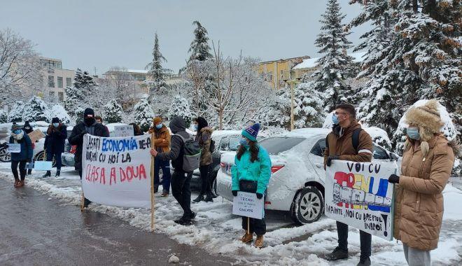 """Studenţii au protestat în faţa Prefecturii Constanţa. """"Pierdem trenul spre educaţie"""" - sus-1613157000.jpg"""
