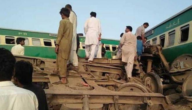 Cel puțin 30 de oameni au murit după ce două trenuri au intrat în coliziune, în Pakistan - tren-1623046987.jpg