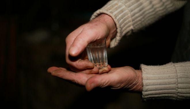 Un bărbat a murit după ce un consătean i-a dat să bea otravă în loc de țuică - tuica-1634022343.jpg