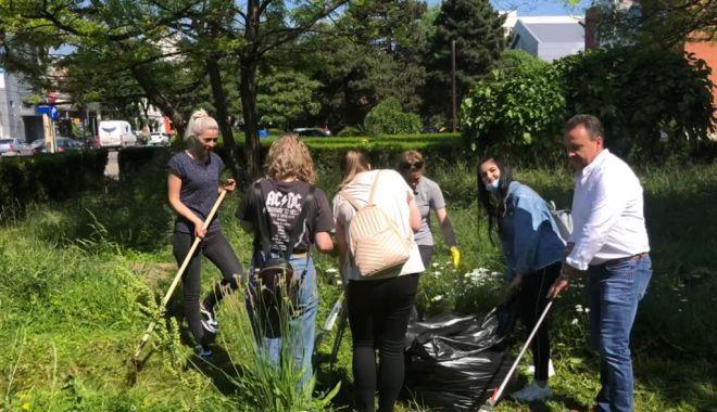 Pentru un oraș curat! Acțiune voluntară de ecologizare la Universitatea Maritimă Constanța - umc1-1623153216.jpg