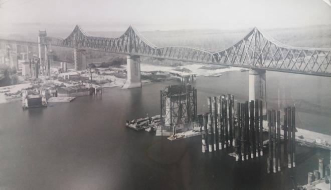 """Foto: Arhiva de Aur """"Cuget Liber"""". Podul Carol I și șantierul noului pod rutier de la Cernavodă - 1983"""