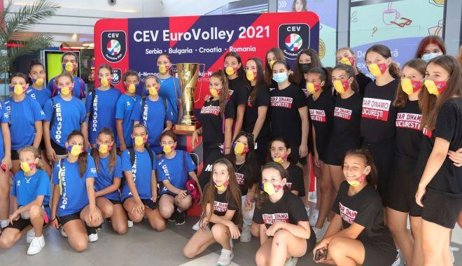 Voleibalistele de la Axiopolis Cernavodă s-au fotografiat cu trofeul Campionatului European - voleibalistele-1626871493.jpg