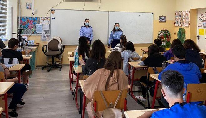 """Polițiștii, în fața elevilor, în lupta cu bullying-ul: """"Cereți ajutorul când sunteți jigniți!"""" - ziuaviolentei-1622990530.jpg"""