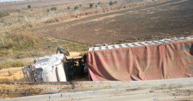 GALERIE FOTO / Accident pe A4. Camion răsturnat după explozia unui pneu