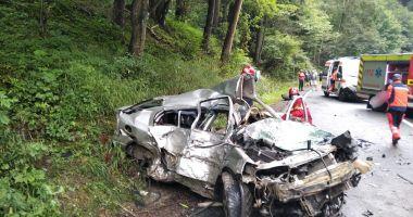 Doi oameni au murit striviți de un TIR într-o mașină