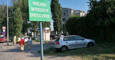 Amenzi uriaşe pentru şoferii care îşi lasă maşinile pe spaţiul verde, în staţiunea Mamaia