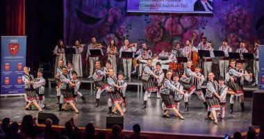 """Ansamblul """"Izvoare Dobrogene"""", pe scena Festivalului Naţional de Folclor de la Iaşi"""