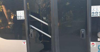 VIDEO. Incident grav la Constanţa. Geamurile unui autobuz nou CT BUS, sparte cu piatra, în mers