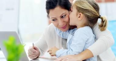 Câți bani primesc mămicile aflate în concediul de creșterea copilului