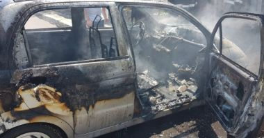 O fetiță de 10 ani s-a ales cu arsuri grave după ce mașina în care se afla a luat foc