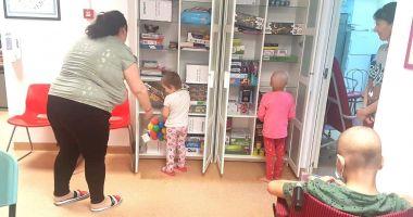Copiii bolnavi de cancer au primit jucării în saloanele de spital