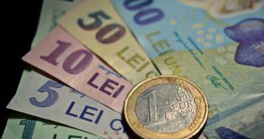 Leul se întărește față de euro și francul elvețian, dar pierde la dolar