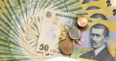 Leul ciupește din euro, dar e mușcat de dolar și francul elvețian
