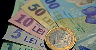 Leul ciupește din euro, dar e mușcat adânc de dolar și franc elvețian