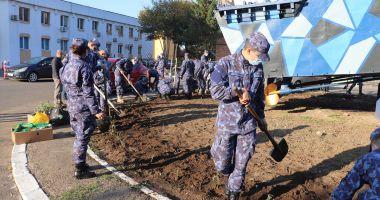 """""""Lumea de sub navă"""". Elevii şi studenţii militari au plantat trandafiri"""