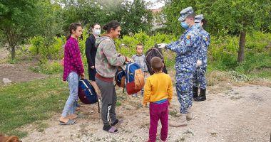 Militarii de la Capu Midia au oferit daruri copiilor din localitatea Corbu
