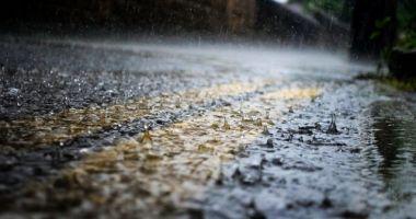 Două alerte de vreme rea, în România. Plouă abundent pe mai multe tronsoane de drumuri naționale și autostrăzi