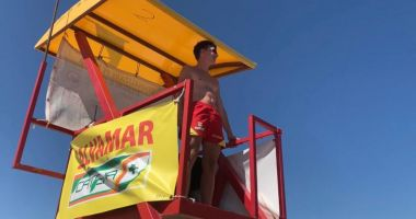 Steag roșu pe litoral din cauza valurilor mari. Turiștii ignoră recomandările salvamarilor