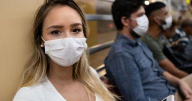 Americanii complet vaccinaţi se pot întâlni fără măşti